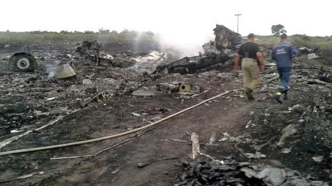 Gambar Serpihan Pesawat MAS MH-17