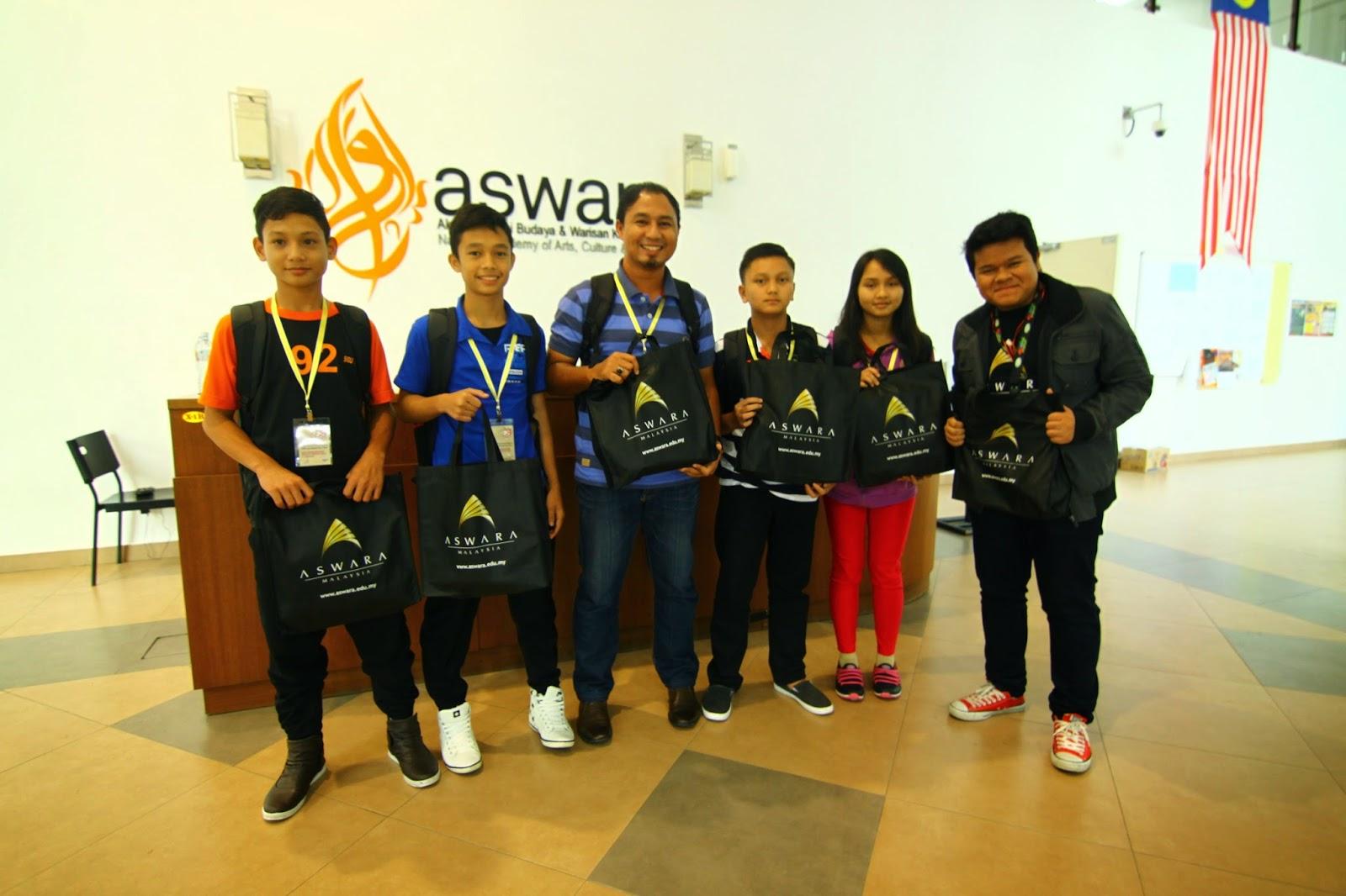 Pasukan Sarawak bergambar kenangan di Mini Pawagam ASWARA bersama Abang Eric