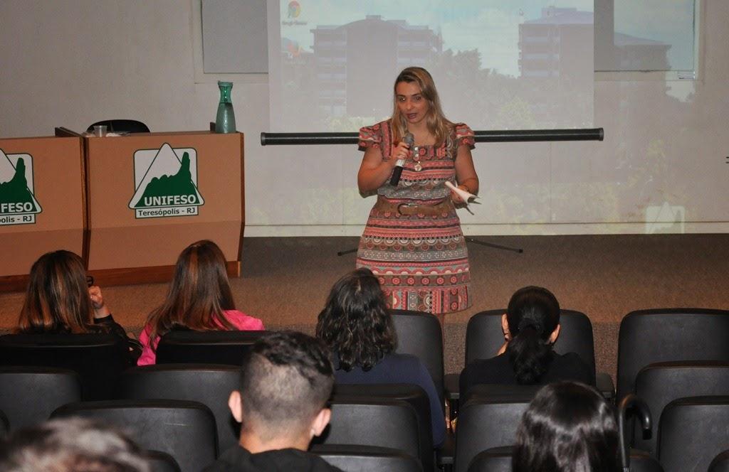 A professora Viviane da Costa, coordenadora do curso de Enfermagem, ressalta a importância dos cuidados com a saúde do homem.
