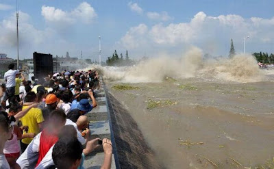 Luar Biasa - Sungai Ini Berombak Setinggi 30m (25 Foto)
