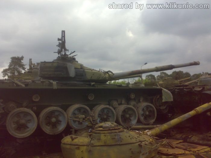 http://2.bp.blogspot.com/-3XvQhONVSEg/TXIq2lWPrII/AAAAAAAAP5E/79mKXiRdBso/s1600/panzer_cemetery_in_kiev_11.jpg