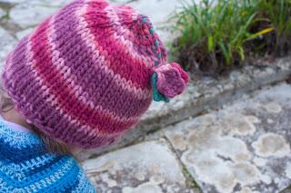 "alt=""knitting, free pattern, tricot, gorro, instruções passo a passo, karma rosários4, hat"""