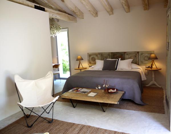 Hotel rural de luxe cerca de Barcelona dormitorio matrimonial butaca