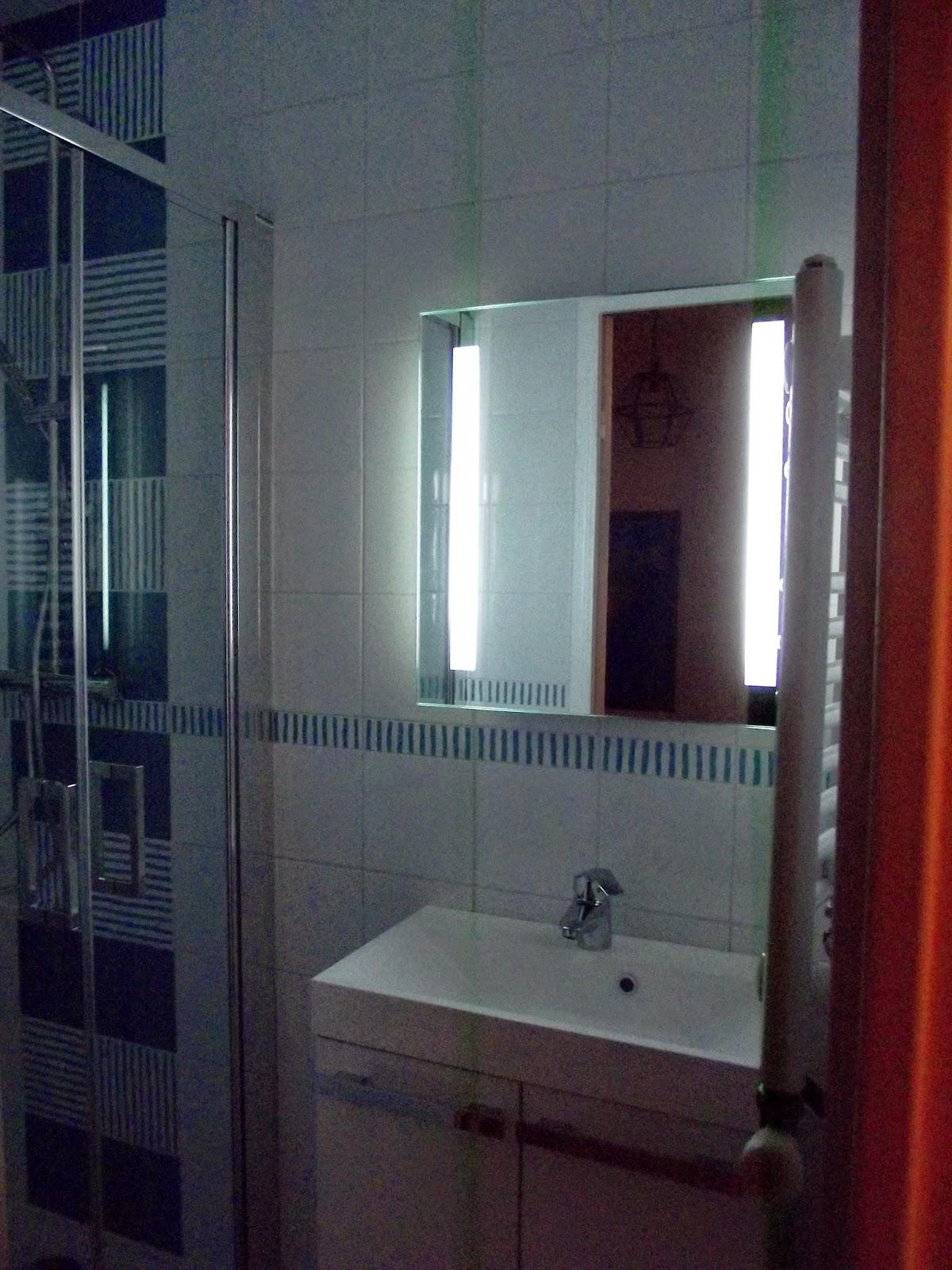 Tres petite salle de bain design avec plus de clarté images ...