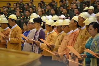 Suu & NLD took oath – ေမ ၂၊ ၾကားျဖတ္ေရြးေကာက္ပြဲအႏိုုင္ရ ေဒၚေအာင္ဆန္းစုုၾကည္ႏွင့္ အင္န္အယ္ဒီအမတ္မ်ား ၾကံ့ဖြံ႔လႊတ္ေတာ္တြင္ က်မ္းက်ိန္ျပီ