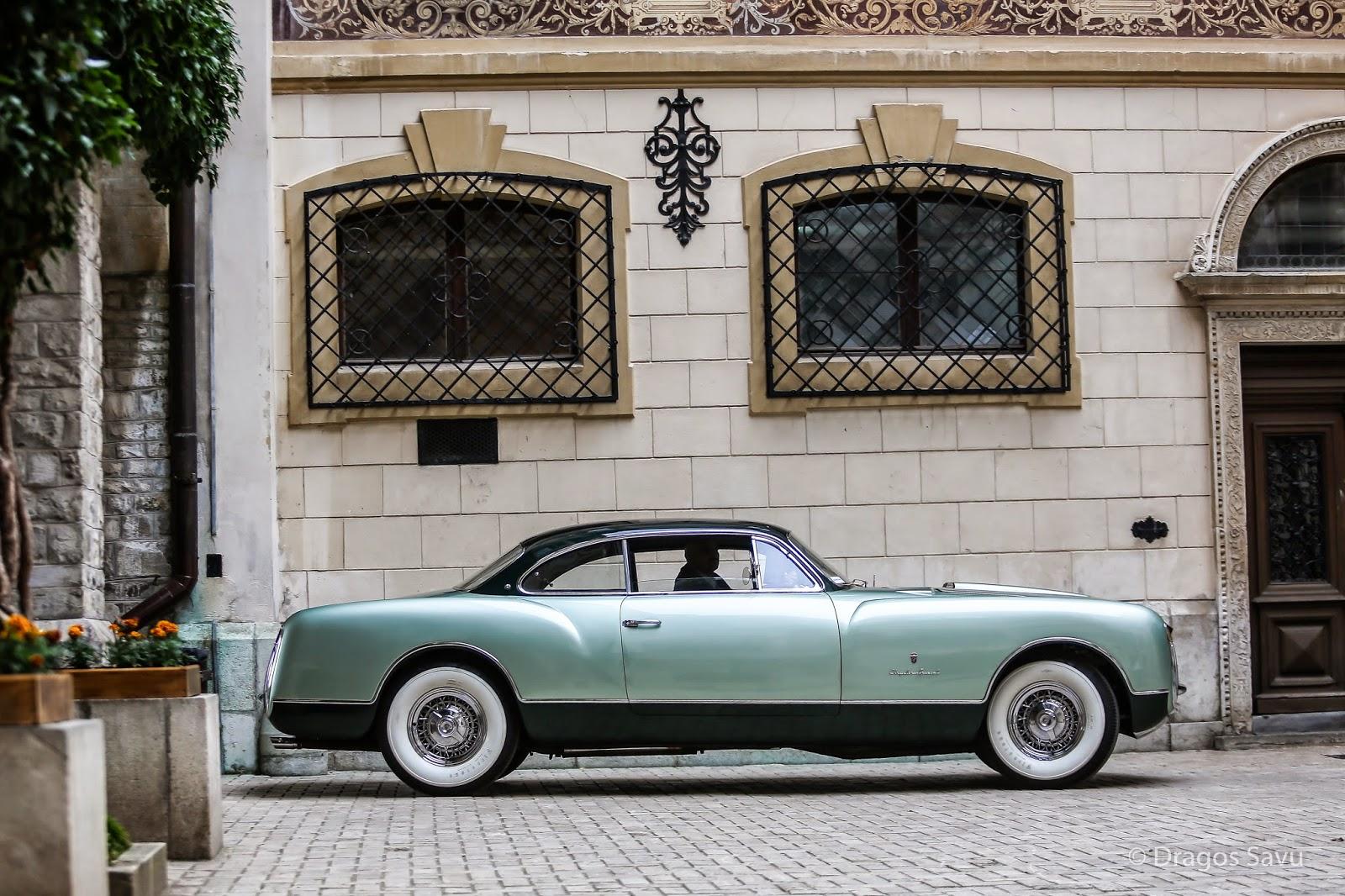 Chrysler Thomas Special aluncând elegant în curtea Castelului Peleş