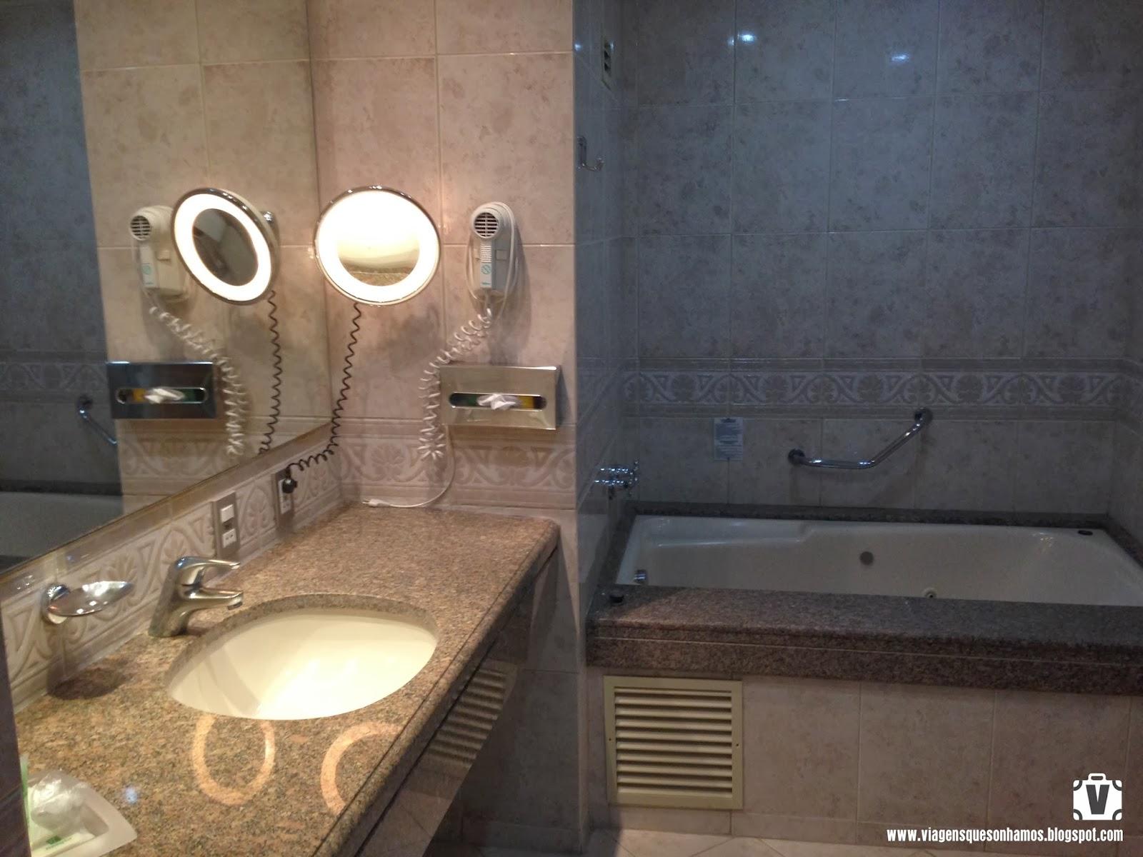 Imagens de #9B8330 banheiro também era muito espaçoso com banheira e box com  1600x1200 px 2724 Box Banheiro Porto Alegre