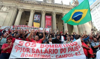 Protesto a favor de bombeiros ganha força, justiça recusa libertar os que estão detidos