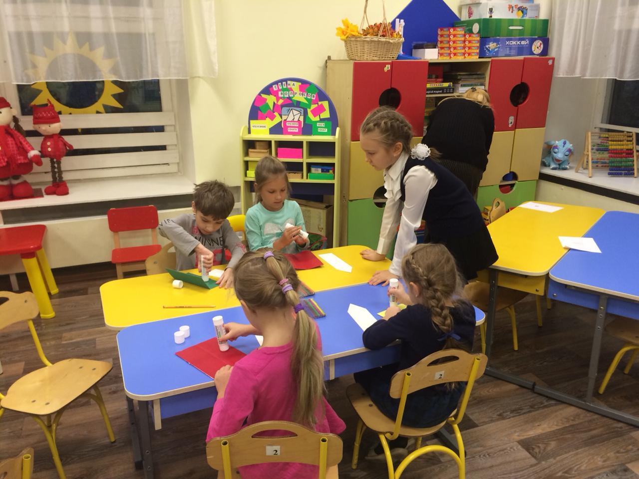 """4-классники в гостях у дошкольников проводят занятие """"Книга-источник знаний"""""""