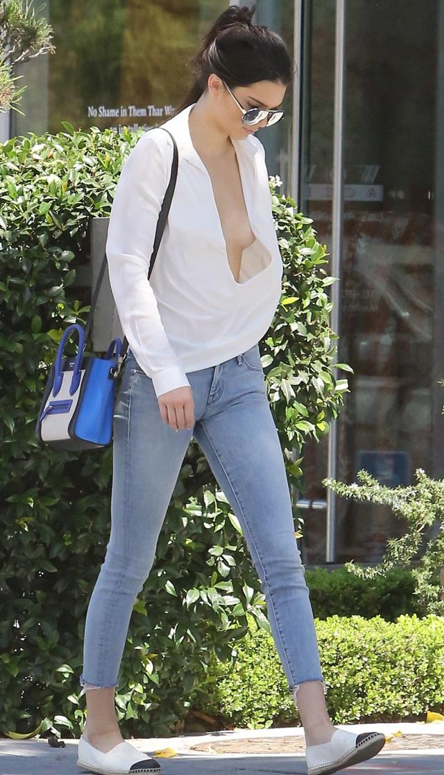 Kendall Jenner camina por las calles con las tetas al aire