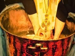 βάπτισμα κολυμπήθρα ιερέας μυστήρια πετραχήλι