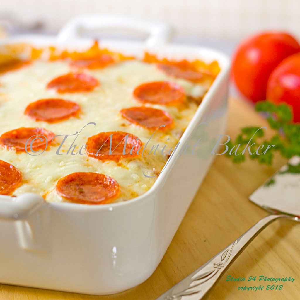 Easy Cheesy Pizza Casserole | bakeatmidnite.com | #casserole #pizza