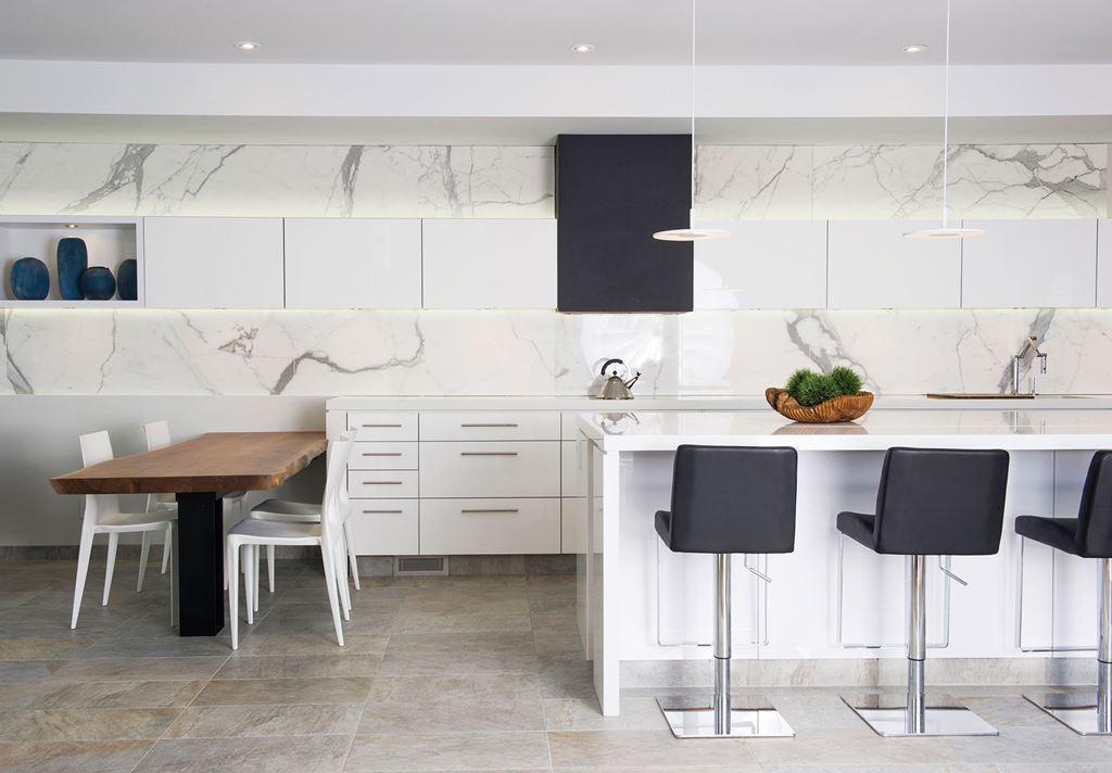 Divertida y pr ctica as es la cocina moderna cocinas for Barra isla para cocina