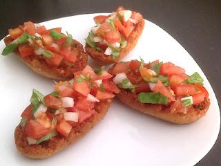 Panecillos tostados con tomate, cebolla y canónigos