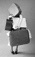 Mulher carregando várias malas