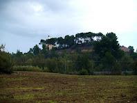 Muralla de la Noguera o Torre del Gallifa. A la part inferior de la foto es pot veure la via del tren