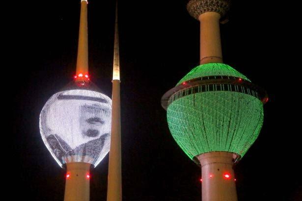 الكويت تنكس أعلامها وترفع علم السعودية وصورة الملك عبدالله على أبراجها