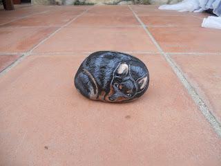 Piedra pintada con Perro Pincher