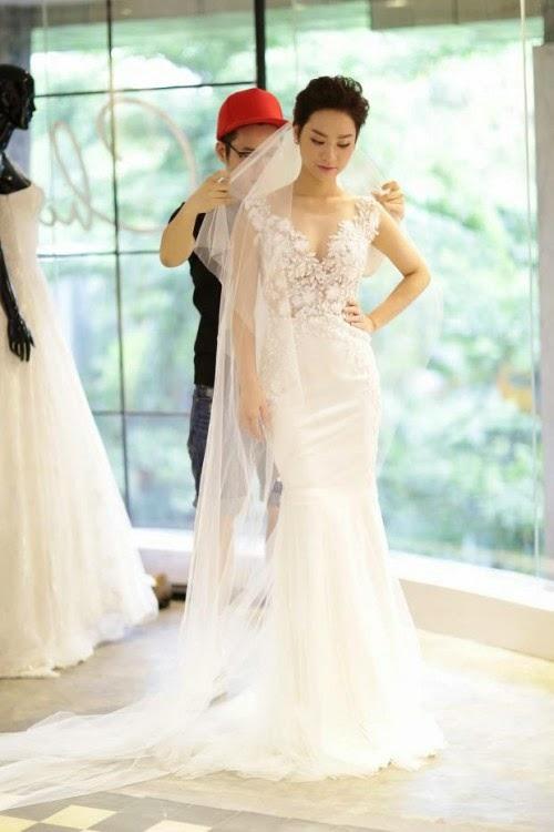 Chiếc váy trị giá gần 200 triệu, làm từ chất liệu ren ngoại nhập và được thiết kế riêng đính kết tinh xảo với 3.000 viên pha lê cao cấp. Nào chúng ta cùng ngắm vẻ đẹp của Trà My trong buổi thử váy cưới cùng NTK Chung Thanh Phong