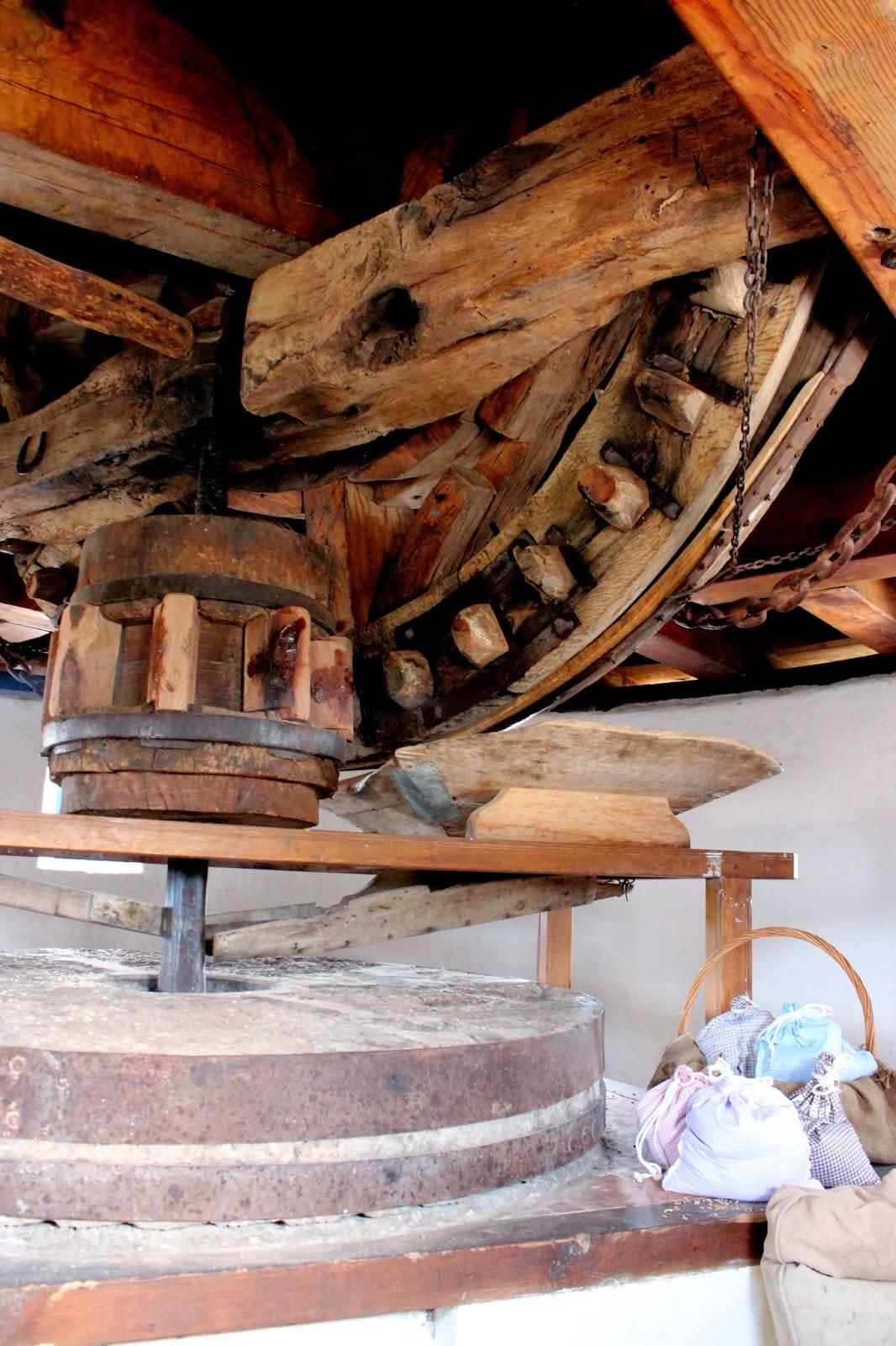 Engranajes y piedras de un molino