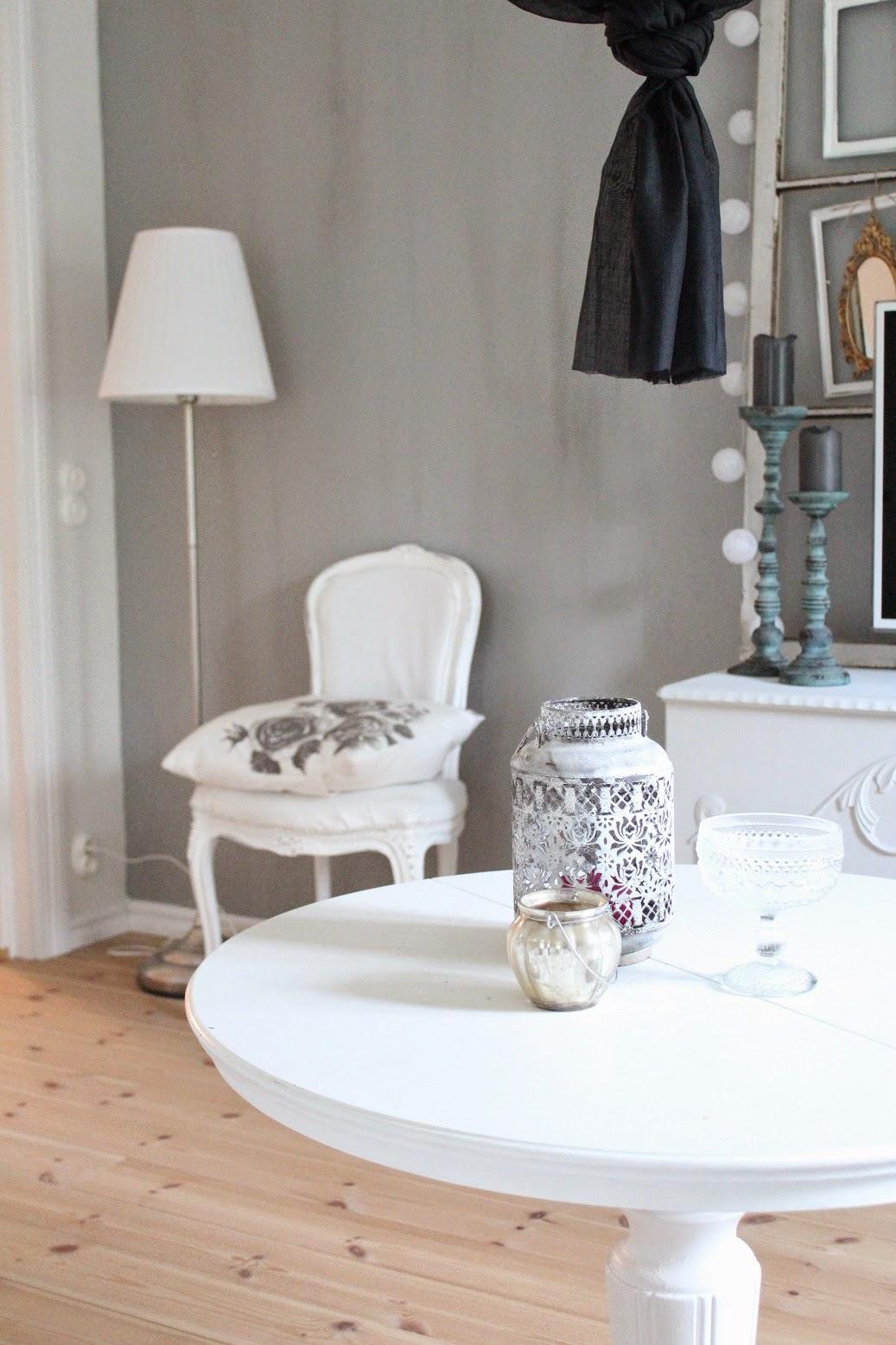 CLARAS HEM PÅ BYVÄGEN : En vägg målad med kalklitir