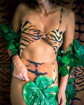 maiô savage com estampa animal coleção Vem Carnaval Lelê Barbieri