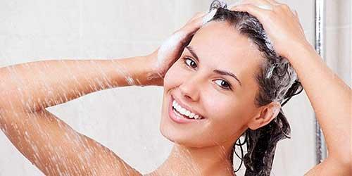 Chica lavandose el pelo