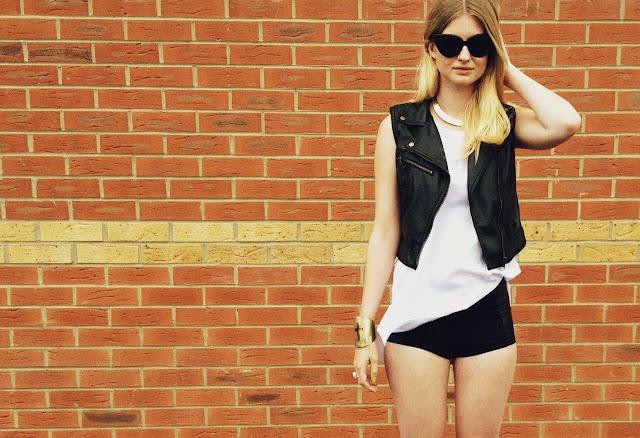FashionFake, street style, style blog, style blogger, fashion blog, fashion blogger, Topshop hotpants, Topshop shorts, Topshop, monochrome style, monochrome trend