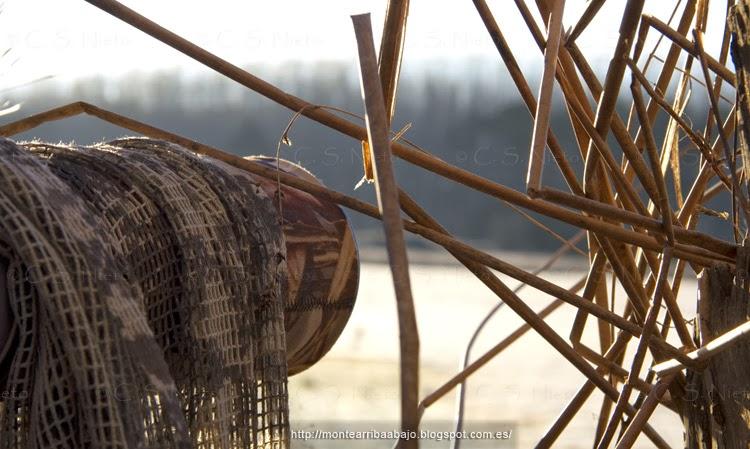 El objetivo de mi cámara Canon sobresaliendo del hide