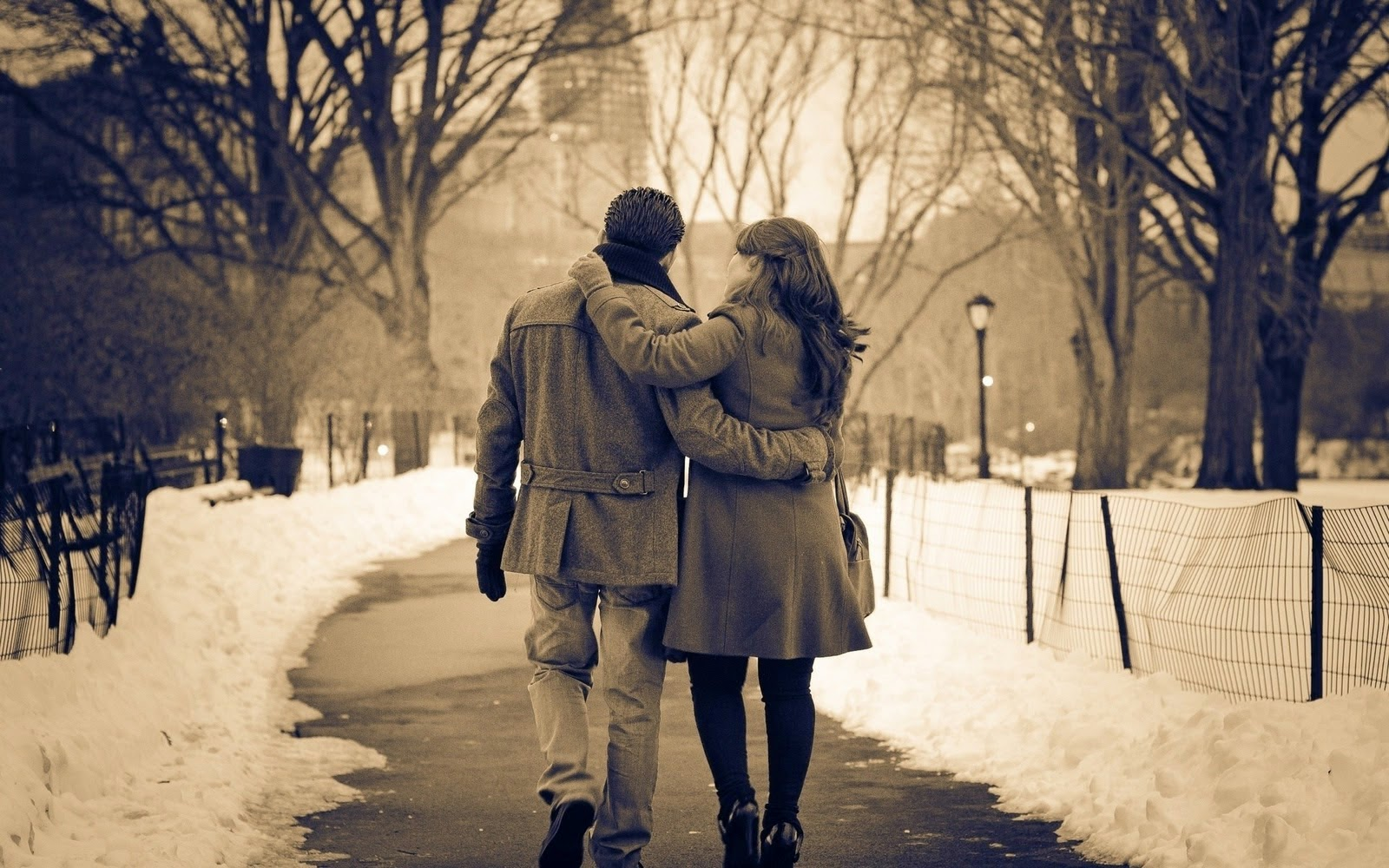 Romantic+couple+walk+on+street