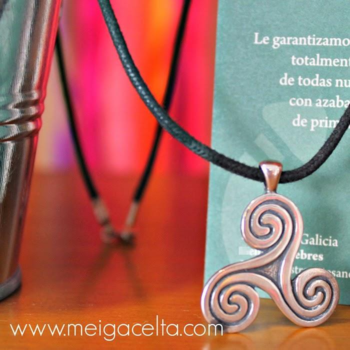 Triskel Trisquel con espirales plata cuero meiga celta a coruña talisman amuleto artesania galicia souvenir