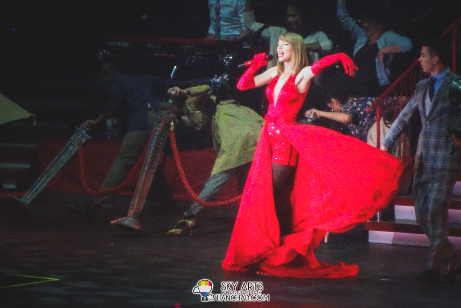 Taylor Swift can flaunt her RED Dress very well!