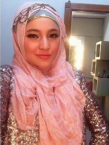 Foto Marshanda memakai Jilbab
