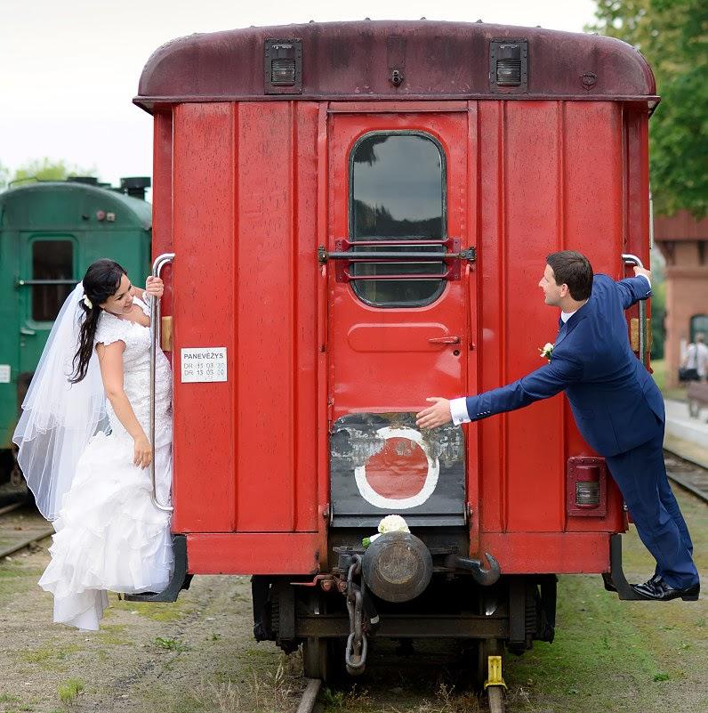 vestuvės prie traukinių