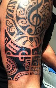 tatuaje en brazo y hombro
