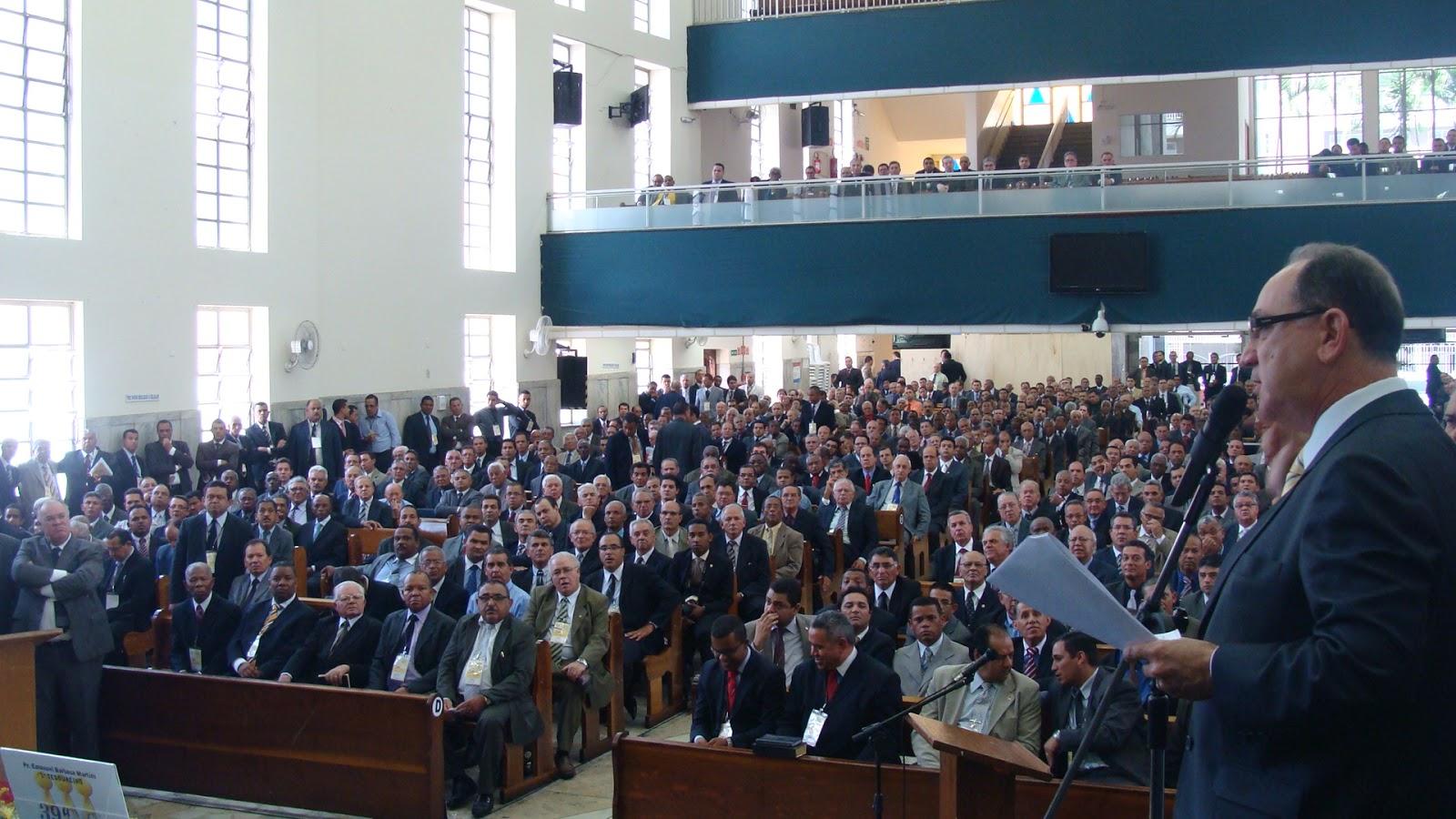Pastor lendo estatuto em convenção