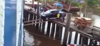 Αυτοκίνητο επιβιβάζετε σε πλοίο ισορροπώντας πάνω σε σανίδες