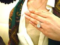 個性的なエンゲージリング(婚約指輪)の選択にフィアンセは感激されました。