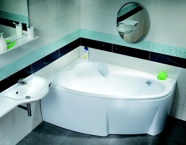 Дизайн маленькой ванной комнаты с ванной и другой сантехникой из других коллекций Ravak