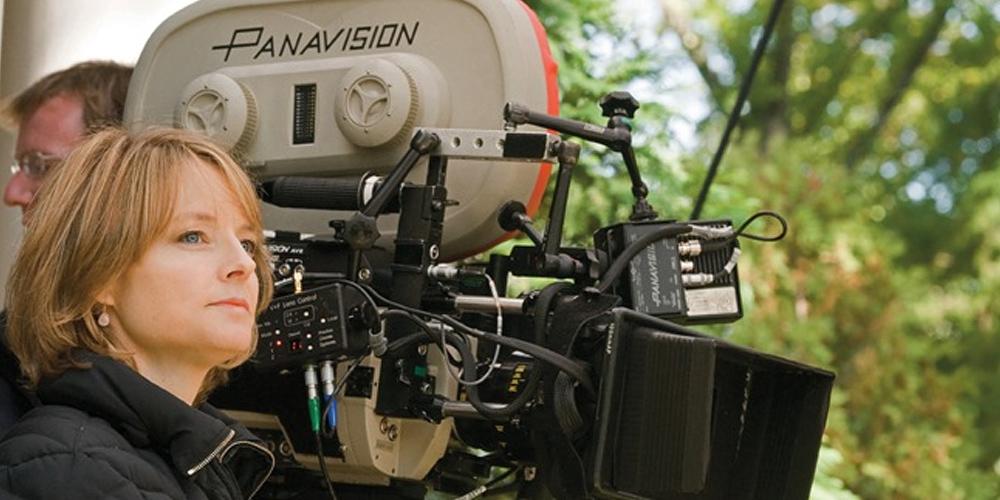 jodie foster como diretora no set de mentes que brilham ao lado de uma câmera cinematográfica