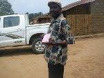 Cacique em Angola Presenteado com uma Bíblia