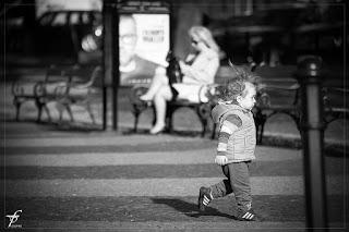 Kind läuft auf der Straße
