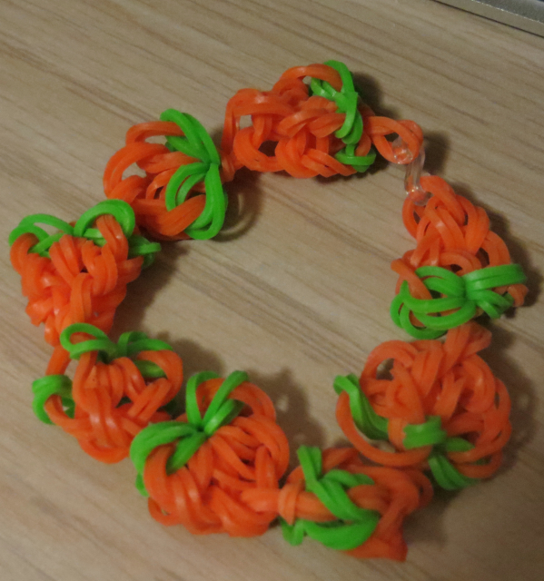 Pumpkin Rubber Band Bracelet @craftsavvy @blakergirl4life #craftwarehouse #rubberbandbracelets #noloom #loombands #diy