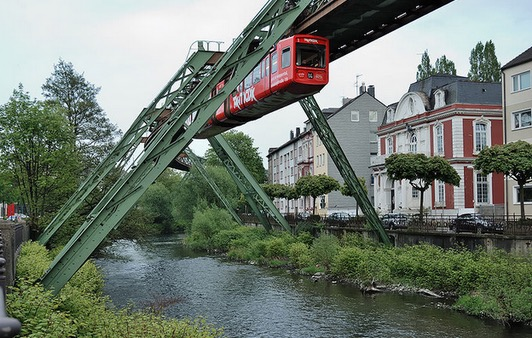 Saksikan Keretapi Gantung di Jerman yang Berusia Lebih 100 Tahun