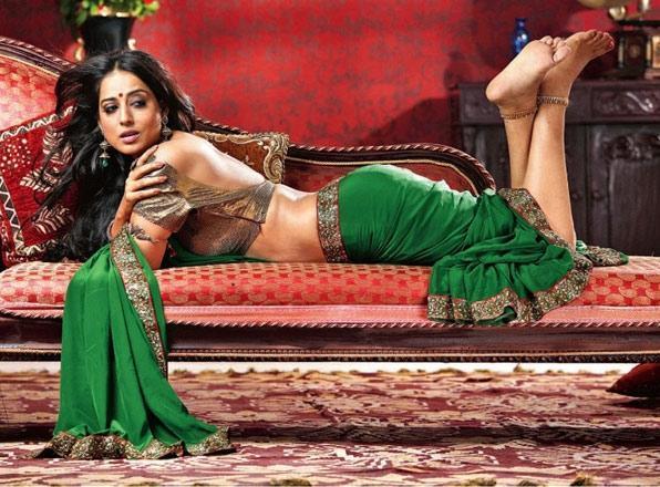 this is vidya balan first without dress menas bra and blouse photo