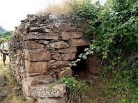 Detall de la façana de ponent amb la llinda plana i un banc de pedra