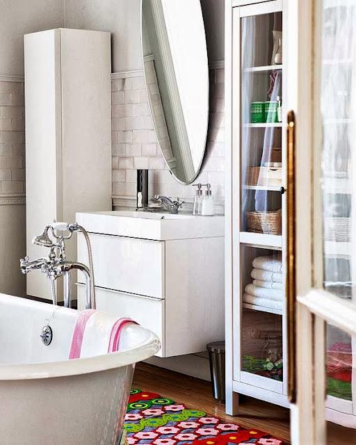 Un baño bohemio con bañera vintage { A boho bathroom with a vintage bathtub }