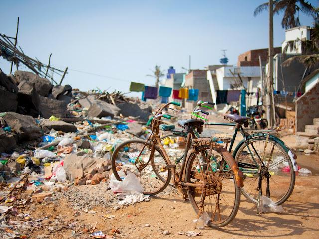 старые велосипеды на фоне свалки