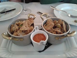 Chips de alcachofas fritas con mojopicón. La Quinta Brasería. El Tapeador: tapas en Sevilla