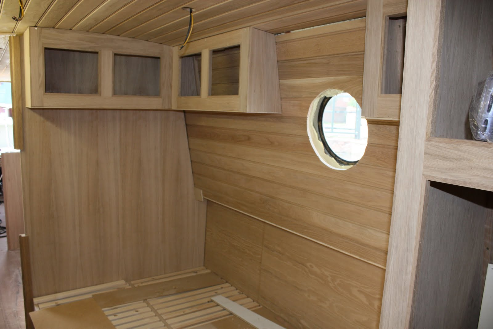 ... woodwork had started in the bedroom but were pleased to see it almost complete including the requested slatted bed base only requiring cupboard doors ... & Build diary of narrowboat Ecky Thump: Steaming ahead